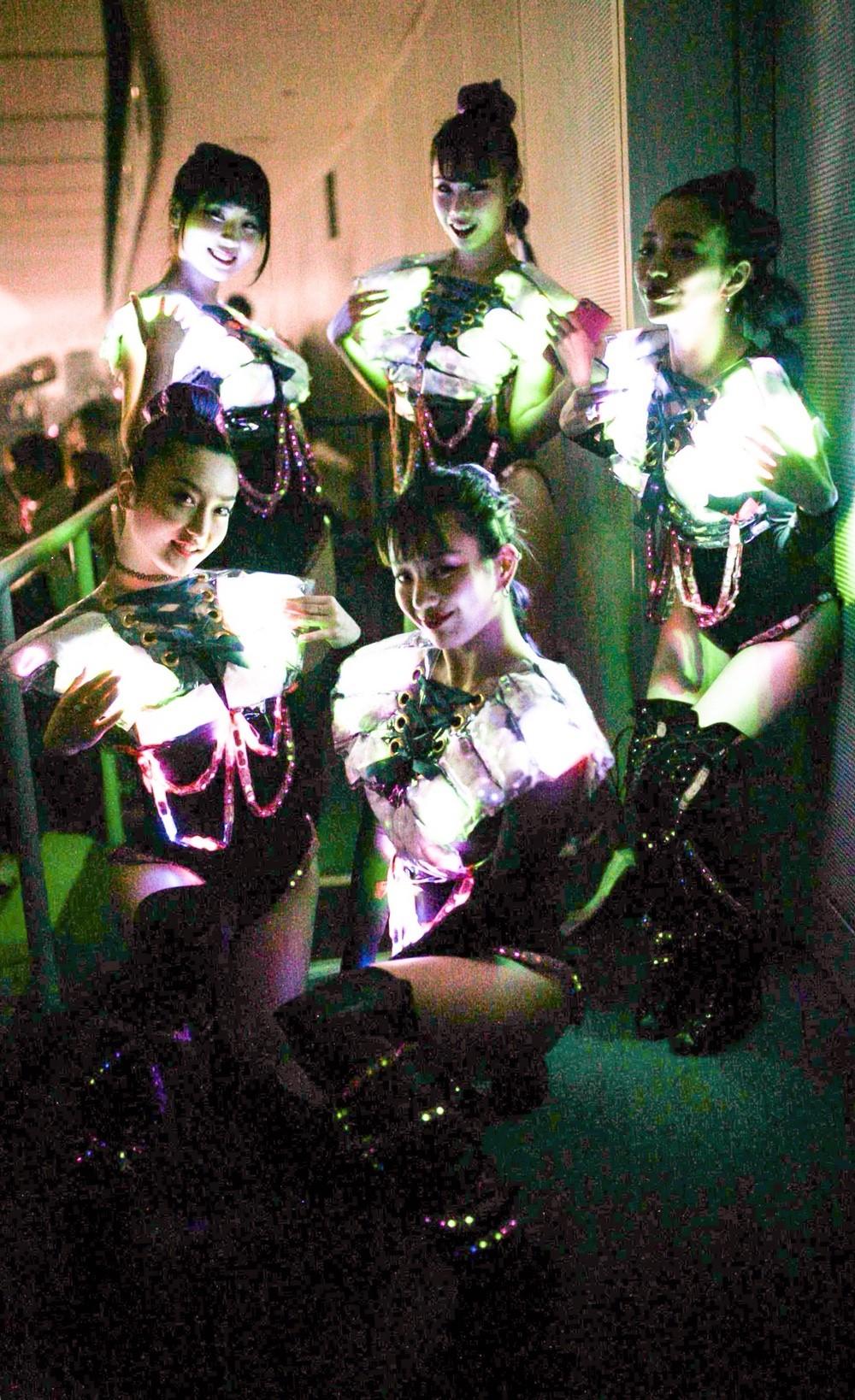 Neon dancers0331_180402_0039